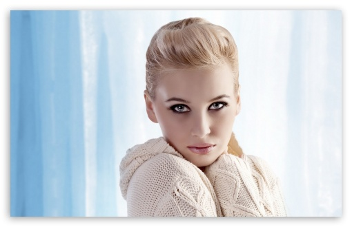Download Portrait of a Blonde Girl UltraHD Wallpaper
