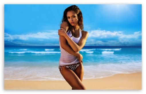 Download Jessica Alba On The Beach UltraHD Wallpaper