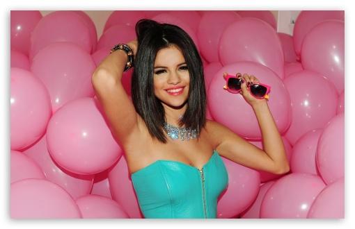 Download Selena Gomez Hot UltraHD Wallpaper