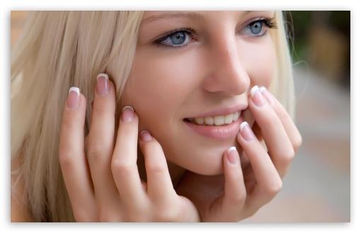 Download Cute Blond Girl Smilling UltraHD Wallpaper