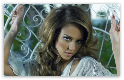 Download Jessica Alba Posing UltraHD Wallpaper